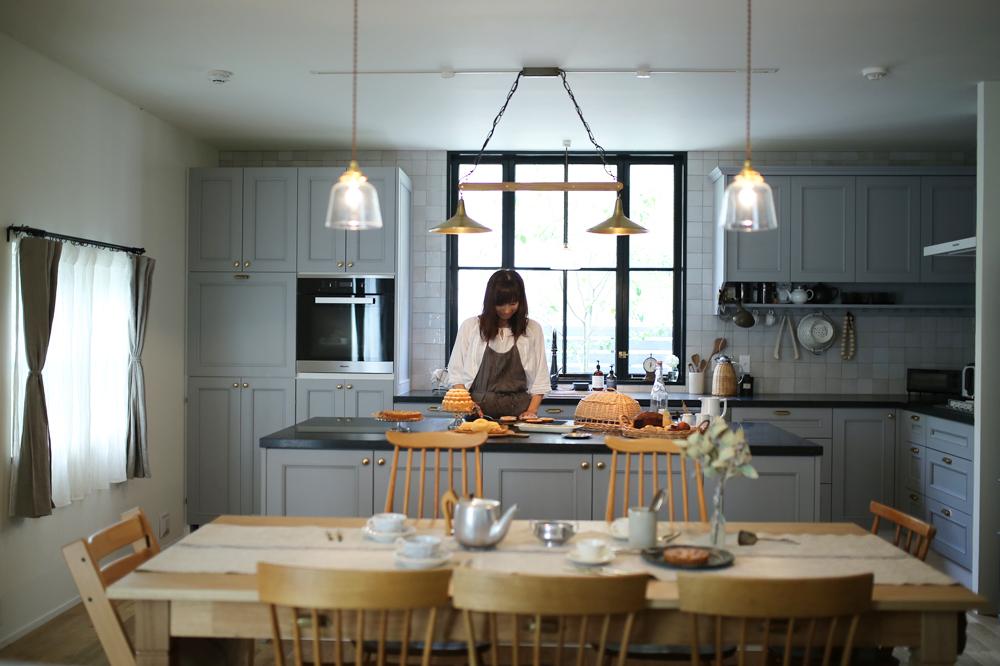 大きなアイランド型調理台を囲むキッチンで、いつかお菓子教室を。