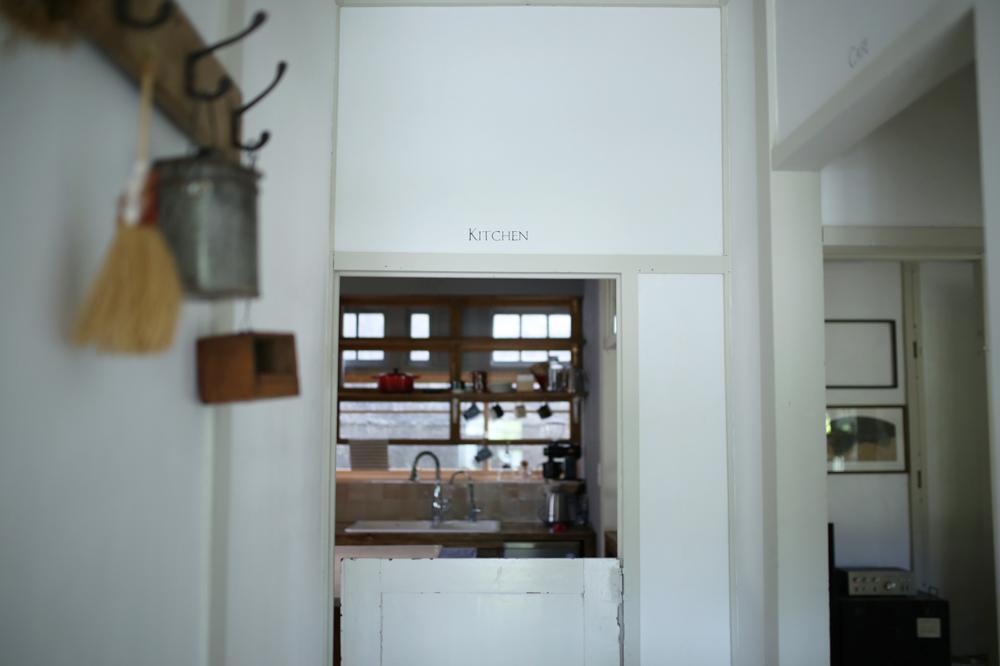 和のしつらえの残る民家を改装、『784JUNCTIONCAFE』のキッチン。