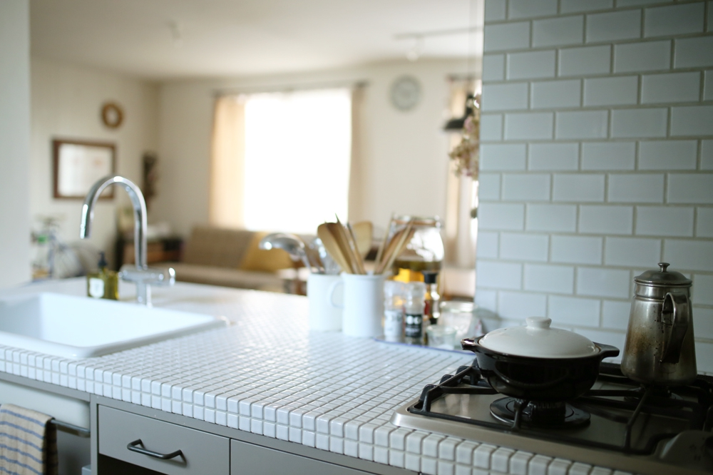 憧れの真っ白のタイルのキッチンで過ごす楽しい毎日。